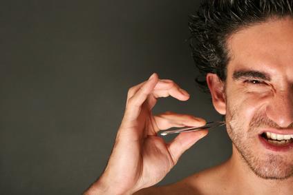 髭を毛抜きで抜く様子 画像